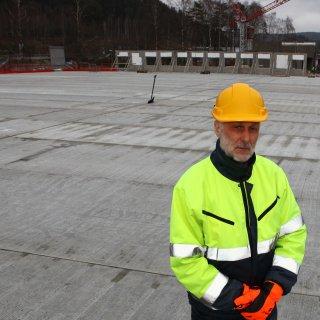 Tommy Johansson på Gekås Ullared står på det nya p-huset byggt av Strängbetongs koncept TempoDeck™. Fotograf: Carlo Laszlo.