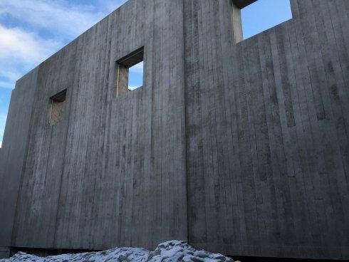Här syns den återskapade sockelmuren. Gjuten av Strängbetongs produktion i Örebro.
