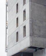 En av huskropparna på StockholmLightHouse en obehandlad betongyta för att påminna om den industriella känsla som har präglat Kvarnholmen i över hundra år.