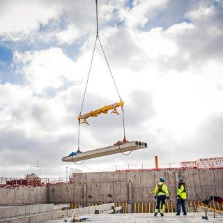 Strängbetongs montörer inväntar håldäcket som ska monteras på Kongahälla Shoppingcenter.