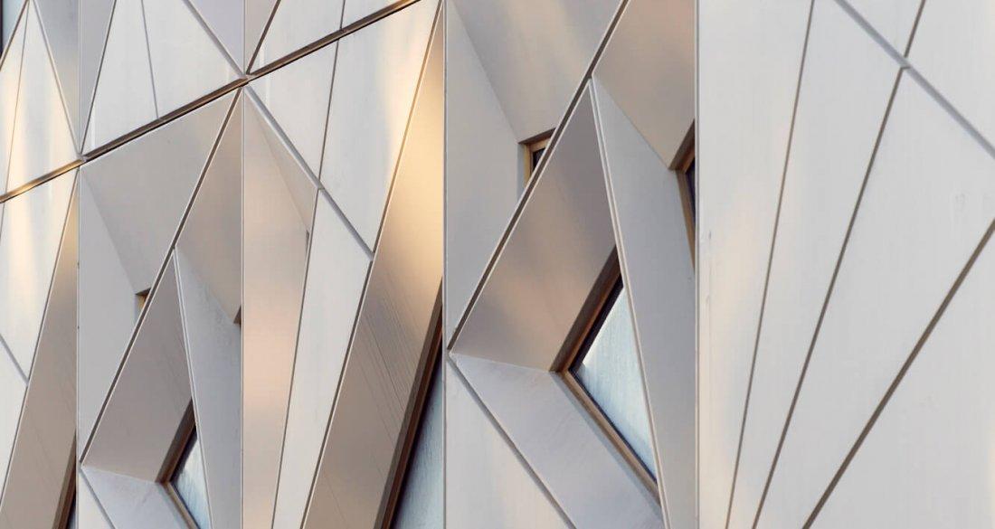 """""""Att få till en lösning med spetsiga former som går hela vägen ut i elementkant krävde ett samarbete med djup förståelse mellan oss och Strängbetong."""" Mattias Litström, Utopia Arkitekter."""