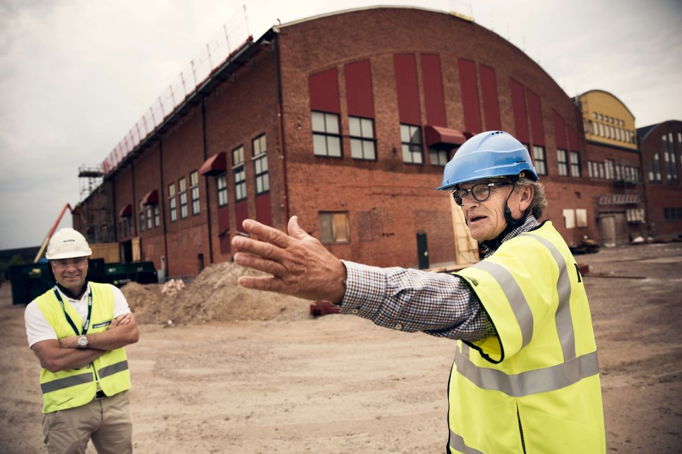 Strängbetongs affärsansvarige Martin Johansson och beställaren Göran Christiansson utanför den över 70 år gamla industribyggnaden som nu blir en del av Halmstad Högskola.