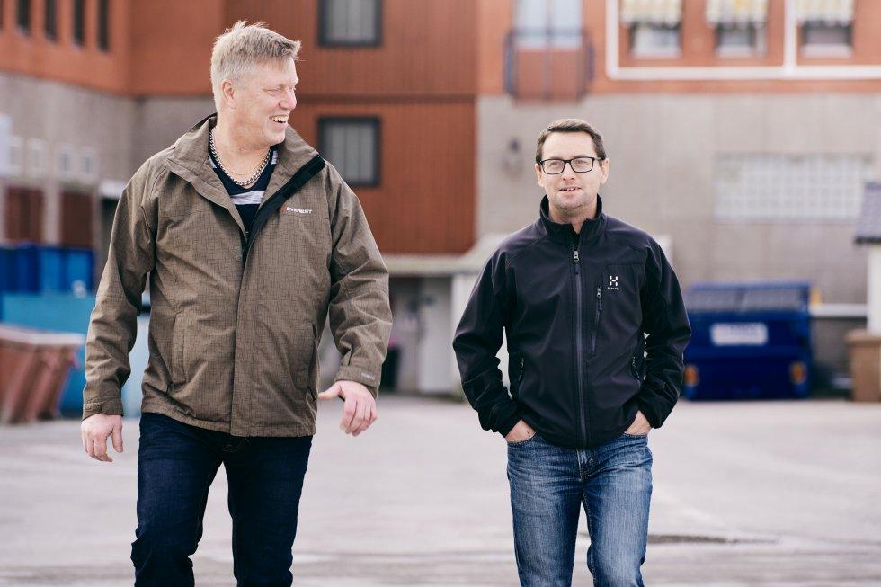 Henrik Svedberg och Kari Kristo arbetar med trappkonstruktion på Forssellstrappan i Norberg.